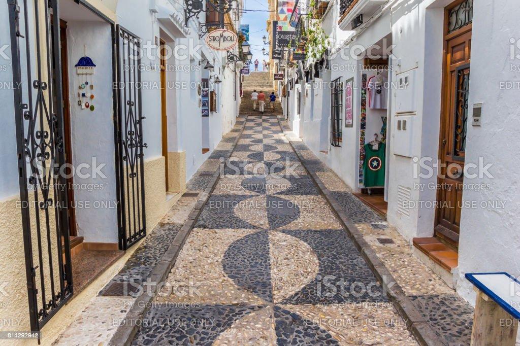 Estrecha calle comercial en el centro de Altea, España - foto de stock