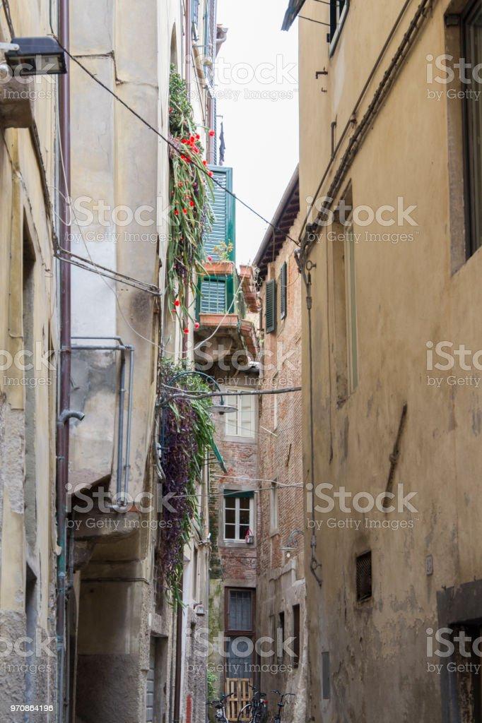 schmale Seitenstraße in die italienische Stadt Lucca – Foto