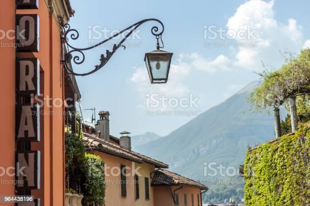 Foto de Rua Estreita Até O Lago De Itália e mais fotos de stock de Beleza