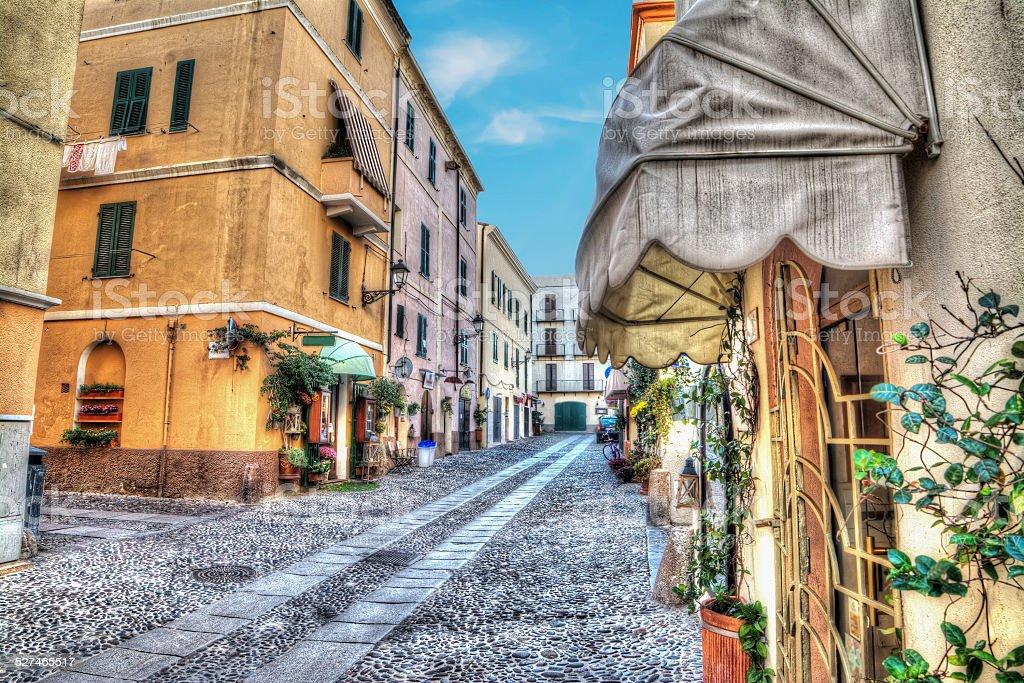 Stretta strada ad Alghero città vecchia - foto stock