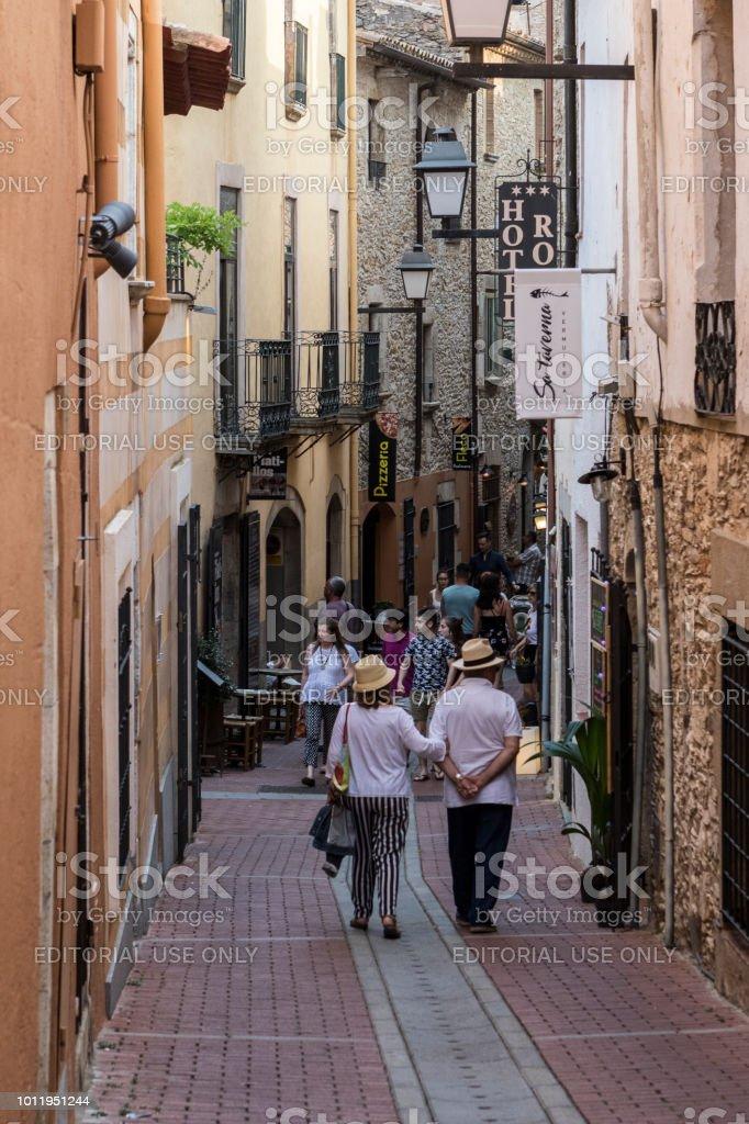 Estrecha calle en Begur - foto de stock