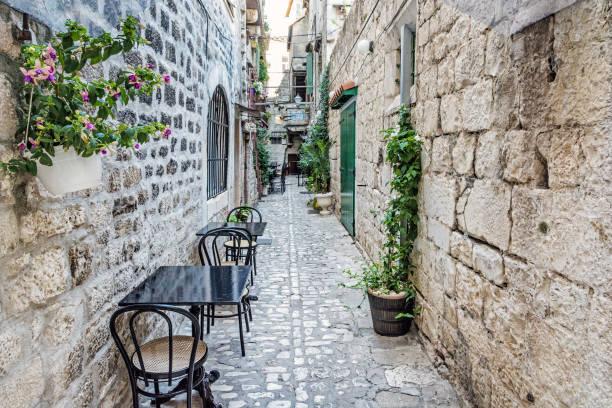 역사적 트 라우, 크로아티아의 좁은 거리 스톡 사진