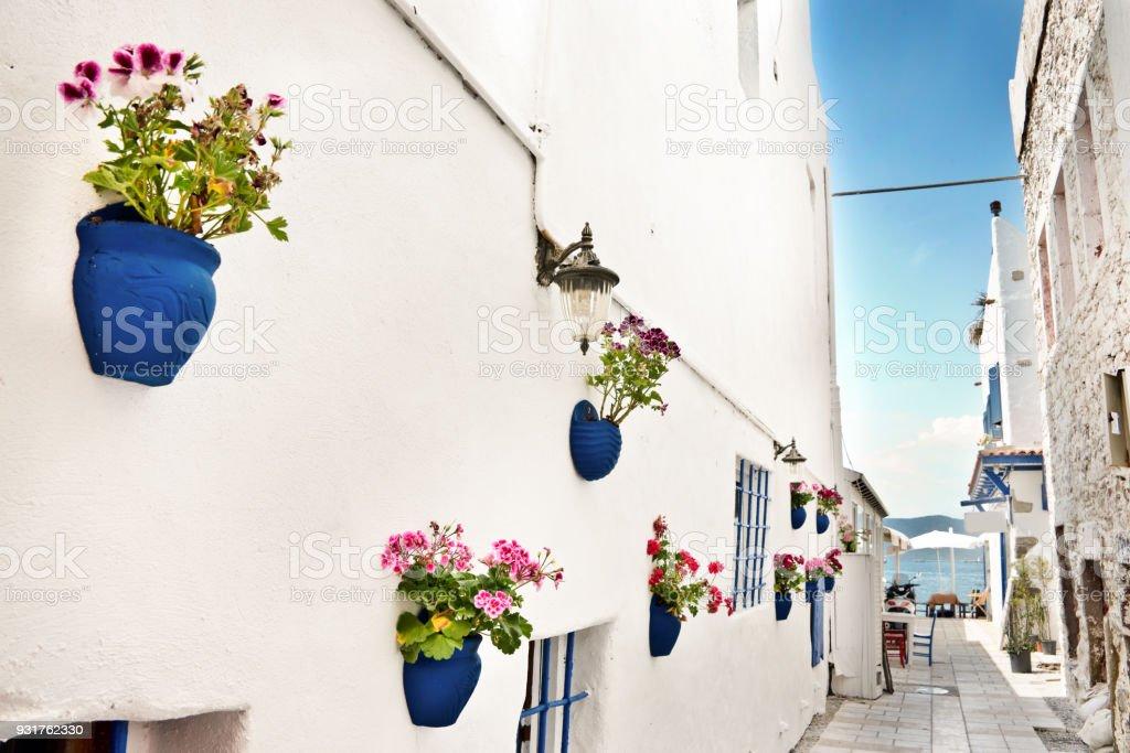 Rue étroite, la mer Méditerranée dans l'arrière-plan, Bodrum, Turquie - Photo