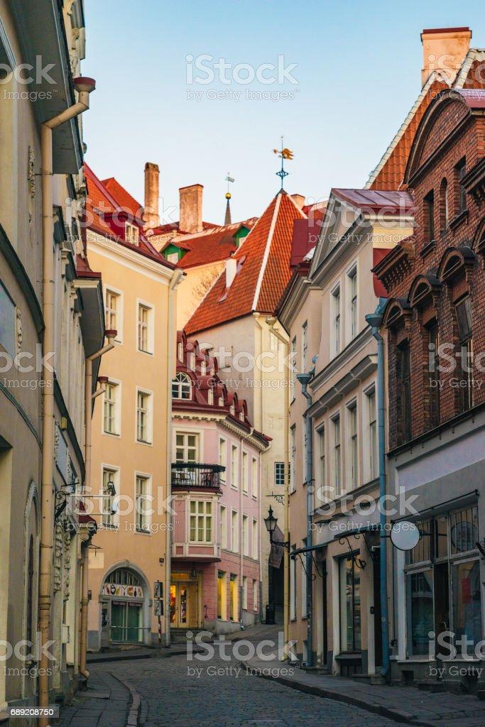 Narrow street view in old town of Tallinn city – Foto