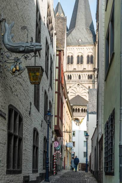 enge gassen in der historischen altstadt von köln, deutschland - restaurant köln stock-fotos und bilder