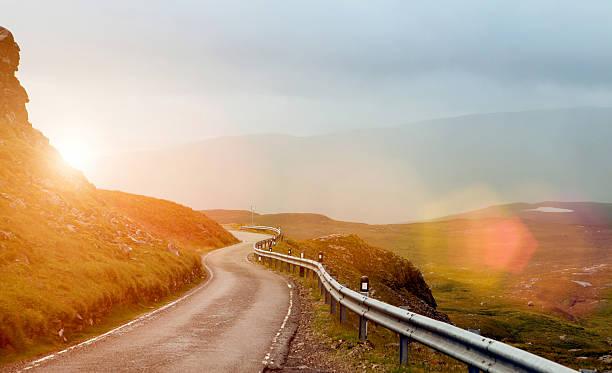 Engen, gewundenen Straße in einem Tal im Sonnenuntergang – Foto