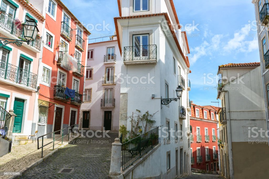 Narrow winding street in  in the Alfama, Lisbon, Portugal. - fotografia de stock