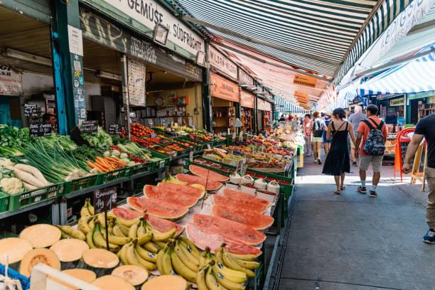 naschmarkt in wien. es ist ein lebensmittel und flohmarkt. - naschmarkt stock-fotos und bilder