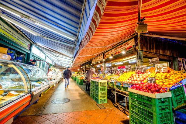 markt der naschmarkt in wien, österreich - naschmarkt stock-fotos und bilder