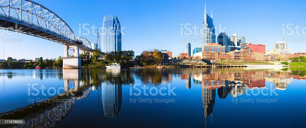 Skyline von Nashville in den Cumberland River – Foto
