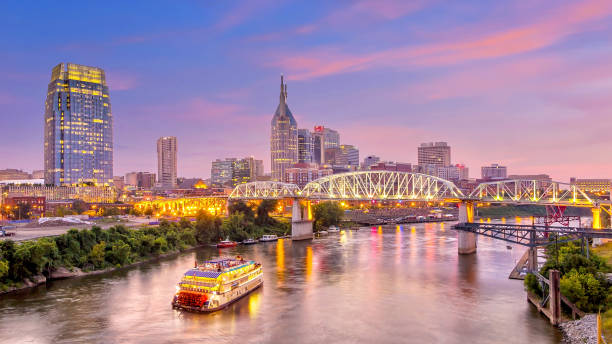 Nashville, Tennessee downtown skyline at twilight Nashville, Tennessee downtown skyline at twilight tennessee stock pictures, royalty-free photos & images