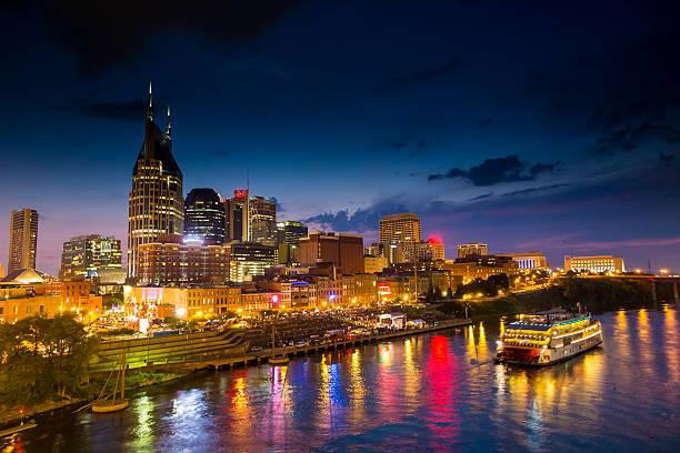 Nashville, Tennessee horizonte do centro da cidade ao crepúsculo - foto de acervo