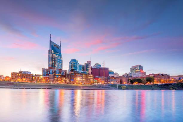 Nashville, Skyline da baixa de Tennessee com Rio de Cumberland nos EUA - foto de acervo