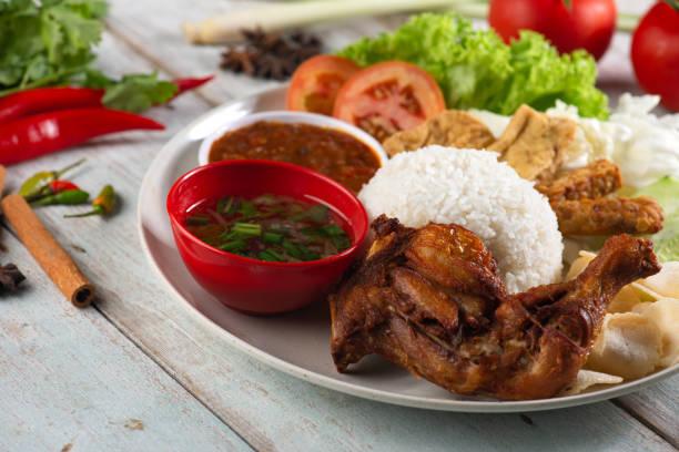 Nasi Campur Ayam Betutu. – Foto