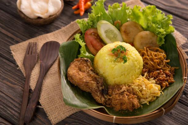 Gelber Reis. Indonesischer gelber Reis – Foto
