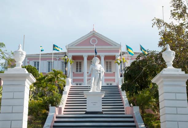 nassau regeringshuis met columbus monument - nassau new providence stockfoto's en -beelden