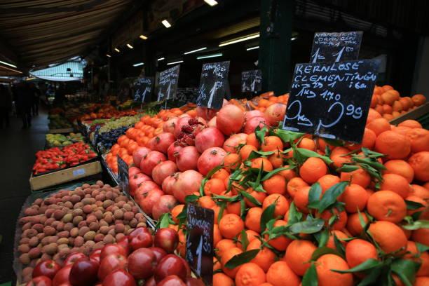 der nasschmarkt flohmarkt ist am samstag geöffnet und der größte flohmarkt in wien. - naschmarkt stock-fotos und bilder