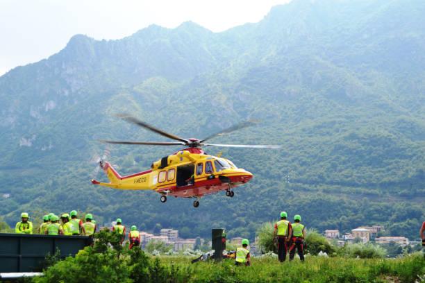national alpine rescue team van lecco oefent in redding met behulp van helikopter. - lecco lombardije stockfoto's en -beelden