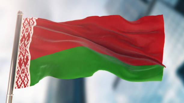 flaga narodowa białorusi przeciwko defocused budynków miejskich - białoruś zdjęcia i obrazy z banku zdjęć