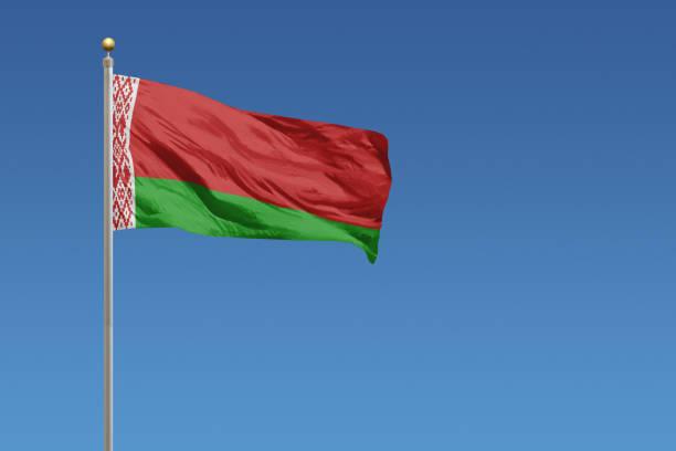 flaga białorusi na bezchmurnym błękitnym niebie - białoruś zdjęcia i obrazy z banku zdjęć