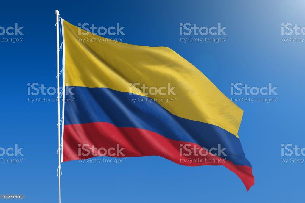Bandera Nacional de Colombia en el claro cielo azul - foto de stock