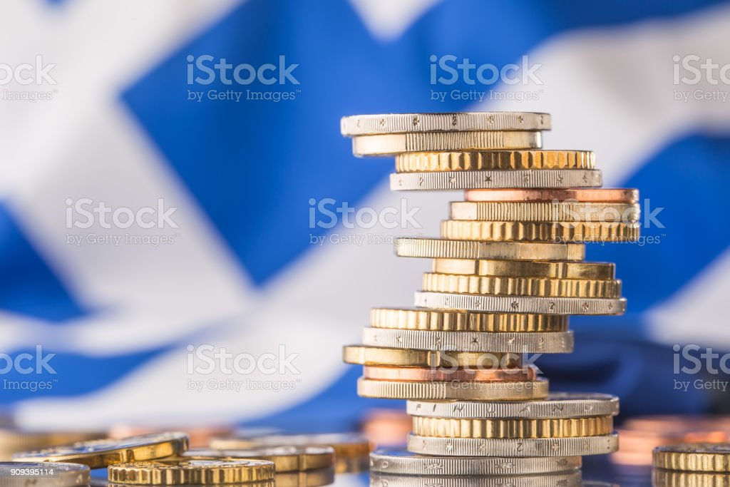 Nationalflagge von Griechenland und Euro-Münzen - Konzept. Euro-Münzen. Euro Geld. Euro-Währung. – Foto