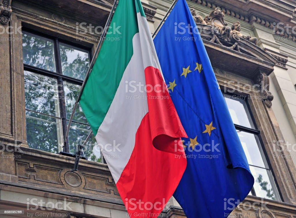 Bandera Nacional de Italia y la Unión Europea - foto de stock