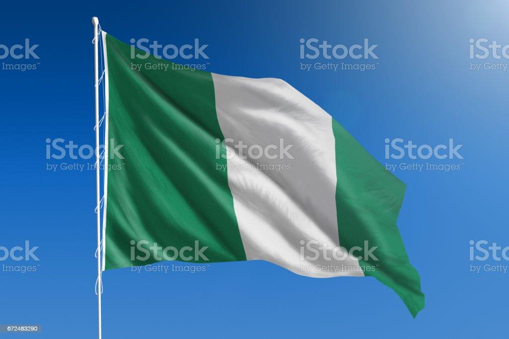Bandera Nacional de Nigeria en el claro cielo azul - foto de stock