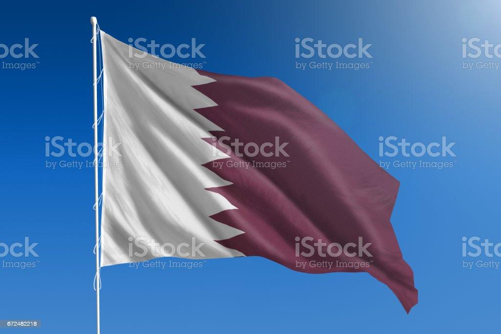 Bandera Nacional de Qatar en el claro cielo azul - foto de stock