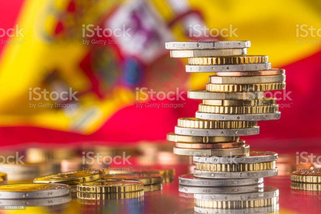 Nationalflagge von Spanien und Euro-Münzen - Konzept. Euro-Münzen. Euro Geld. Euro-Währung – Foto