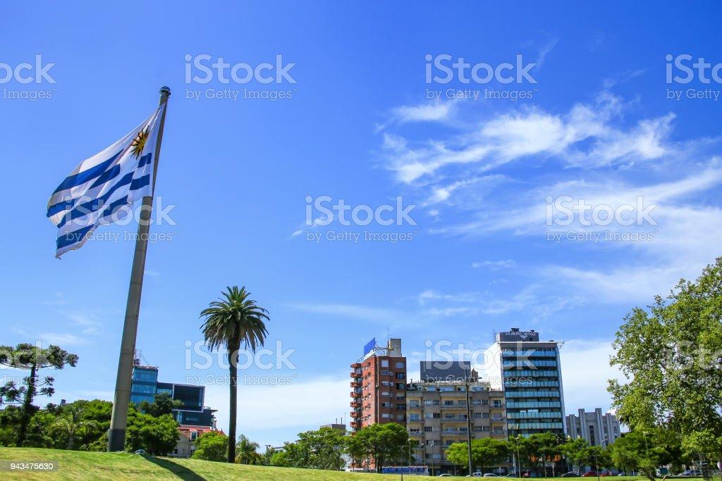 Bandera Nacional de Uruguay en el barrio de Tres Cruces, Montevideo, Uruguay - foto de stock