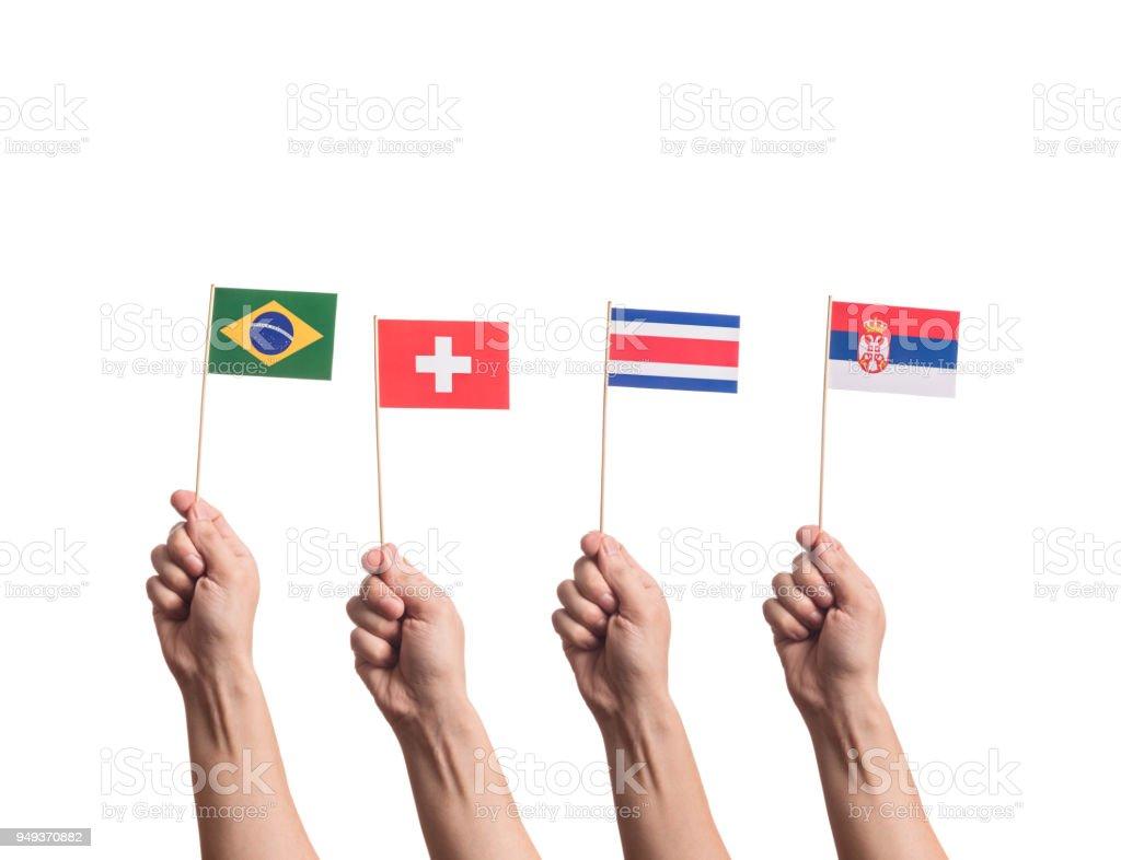 Bandeiras nacionais nas mãos - foto de acervo