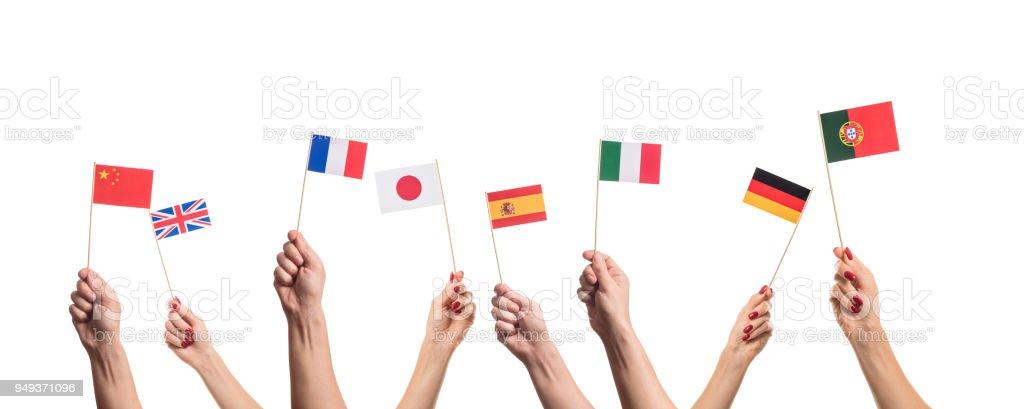 Banderas nacionales en manos - foto de stock