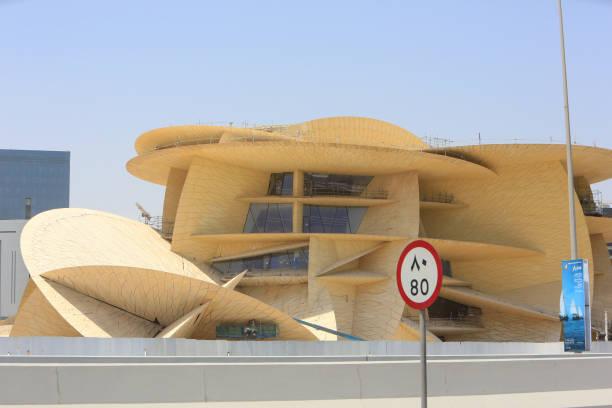 musée national du qatar en construction à doha - rose des sables photos et images de collection
