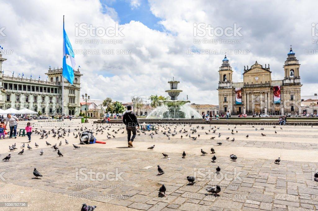 Palacio Nacional de cultura y la Catedral de ciudad de Guatemala en la Plaza de la Constitución, Guatemala ciudad, Guatemala - foto de stock