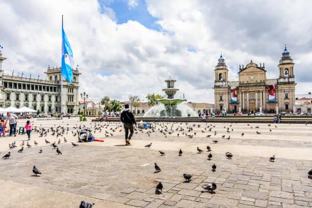 nationaler palast der kultur & kathedrale von guatemala-stadt in plaza de la constitución, guatemala-stadt, guatemala - guatemala stadt stock-fotos und bilder