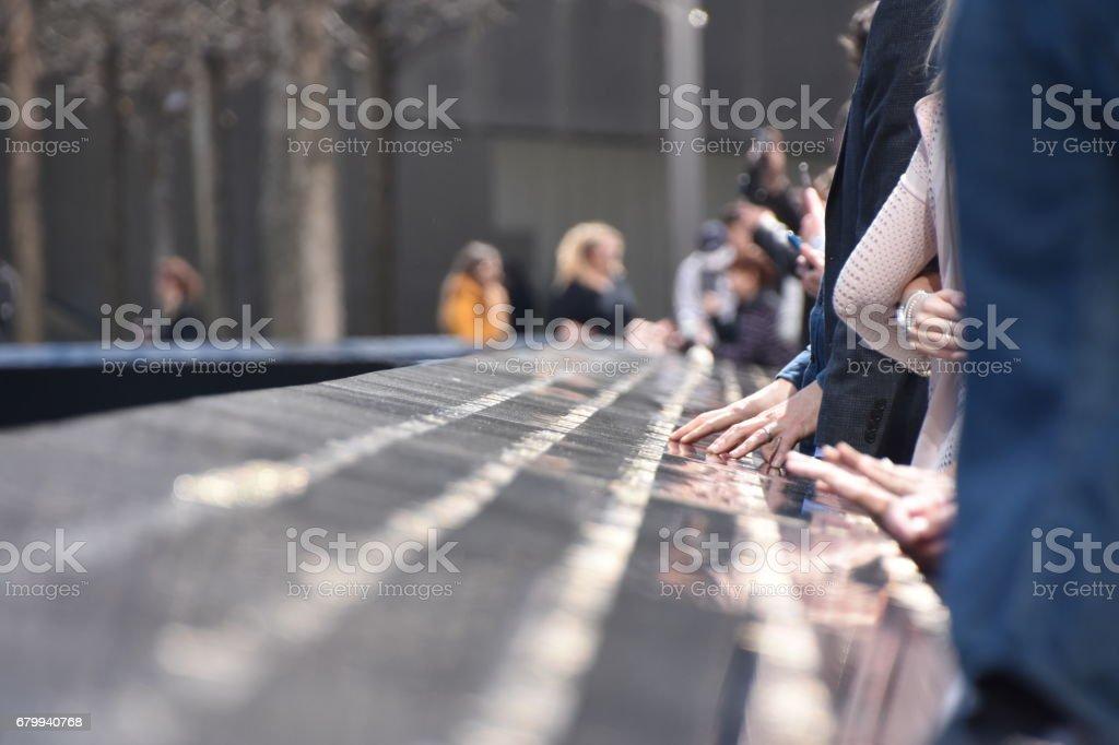 National September 11 Memorial in Manhattan, Menschen berühren Sie die Namen der Angehörigen – Foto