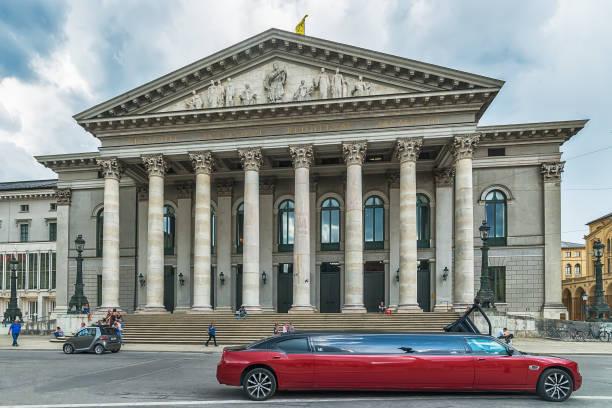 nationaltheater neoclasical gestylt bau- und rote limousine am max-joseph-platz in der altstadt. - kunst 1. klasse stock-fotos und bilder