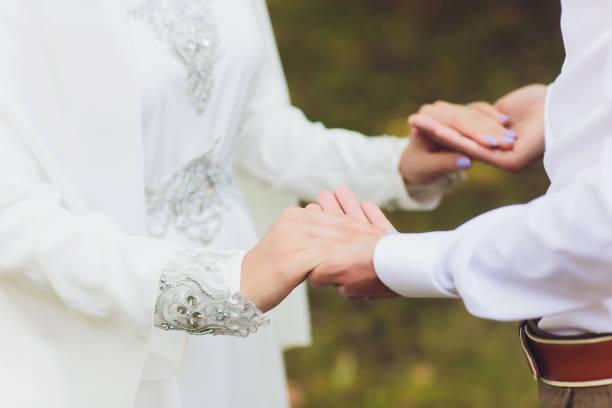 mariage national. mariée et marié. couples musulmans de mariage pendant la cérémonie de mariage. mariage musulman. - mariage musulman photos et images de collection