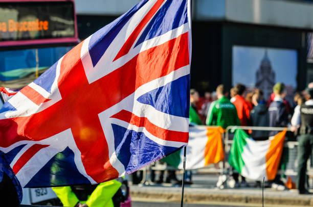 Nationalistische Jugendliche versuchen, Demonstranten der Loyalistenflagge in Belfast zu provozieren – Foto