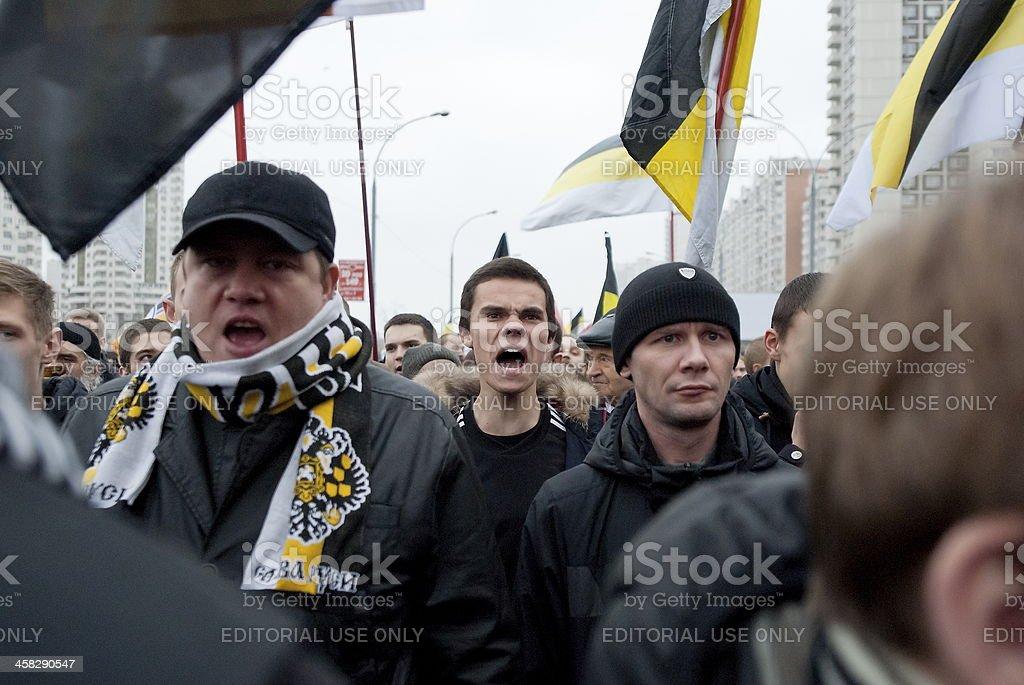 Nacionalistas shout anti-islámico eslóganes durante ruso