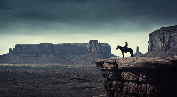 native american cowboy auf pferd im monument valley tribal park - navajo stil stock-fotos und bilder