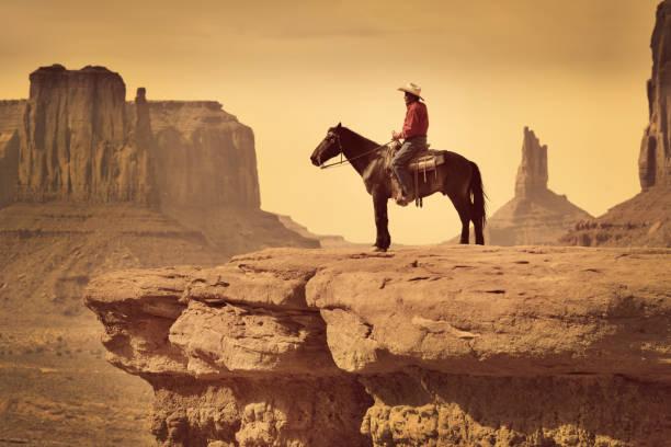 native american indian cowboy auf pferd im südwesten landschaft - navajo stil stock-fotos und bilder