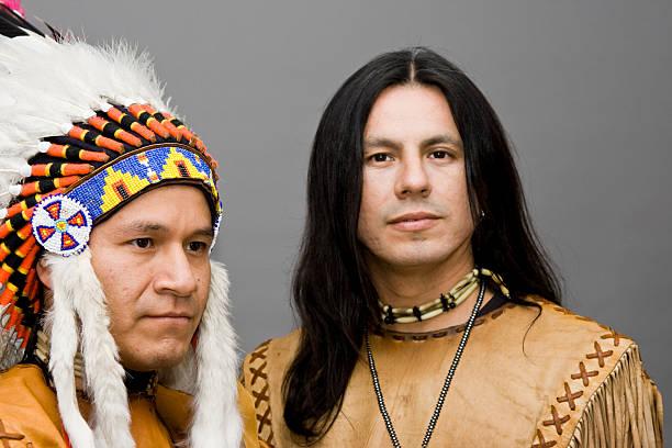 ureinwohner american - indianer kostüm herren stock-fotos und bilder