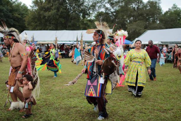 native american pow-wow-tänzer - indianer kostüm herren stock-fotos und bilder