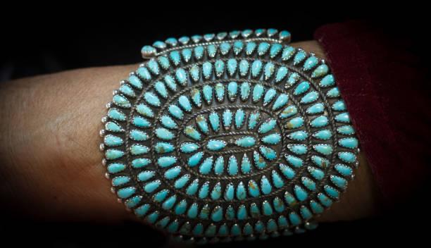 native american türkis armband auf frau arm (nahaufnahme) - altes schmuckkunsthandwerk stock-fotos und bilder