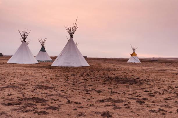 native indianerzelt - indianer tipi stock-fotos und bilder
