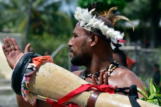 Ureinwohner mit Holzmusikinstrument in Papua-Neuguinea – Foto