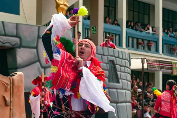 """eingennder peruanischer junge tanzt den traditionellen """"wayna raimi"""" - typisch 90er stock-fotos und bilder"""
