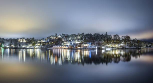Nattvy över ett stilla Skurusund sina med fina villor på vid vattnet - foto de stock